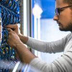 Techniker der ConfigPoint Group verkabelt einen Netzwerkschrank im Rechenzentrum